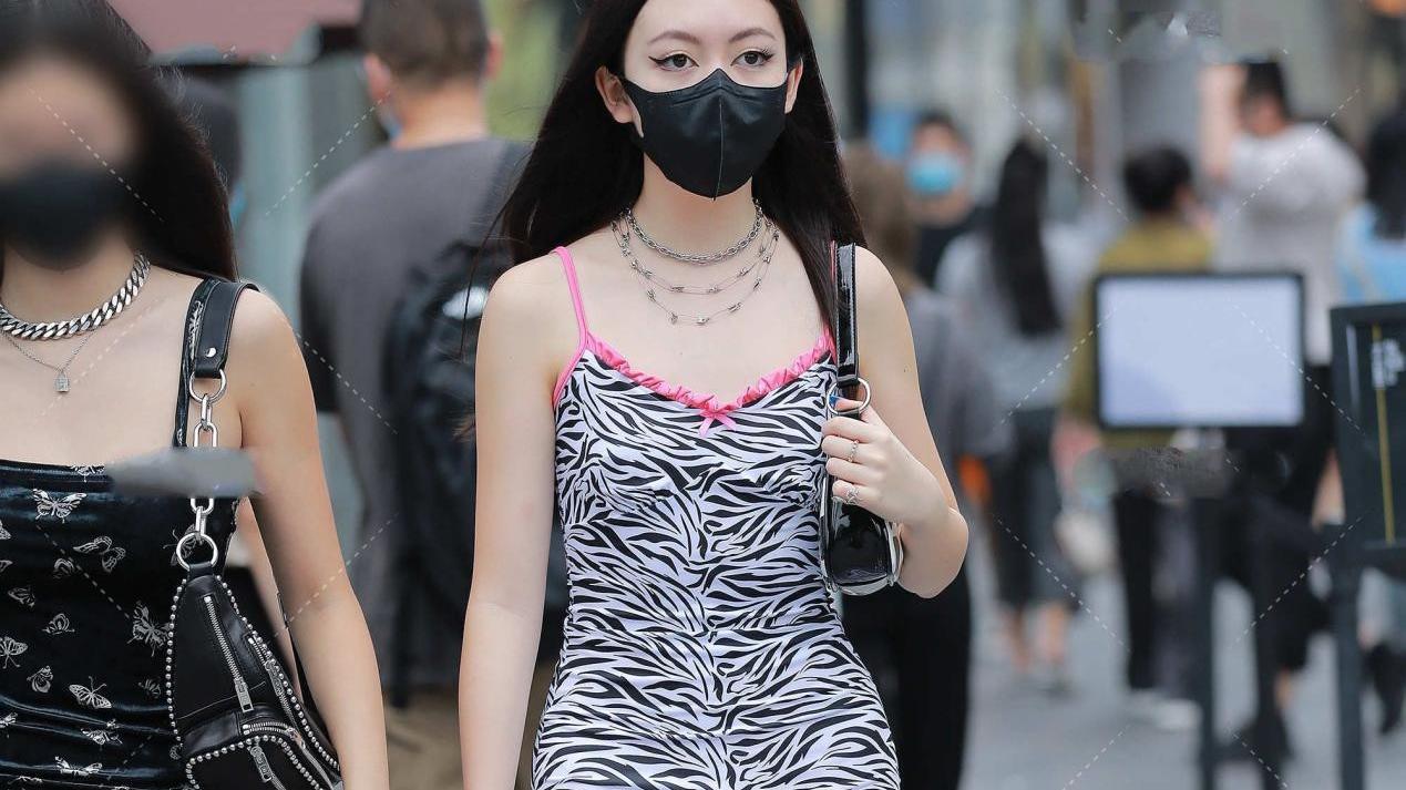 黑白豹纹连衣裙,粉色花边装饰,更显独特气质,甜美又成熟