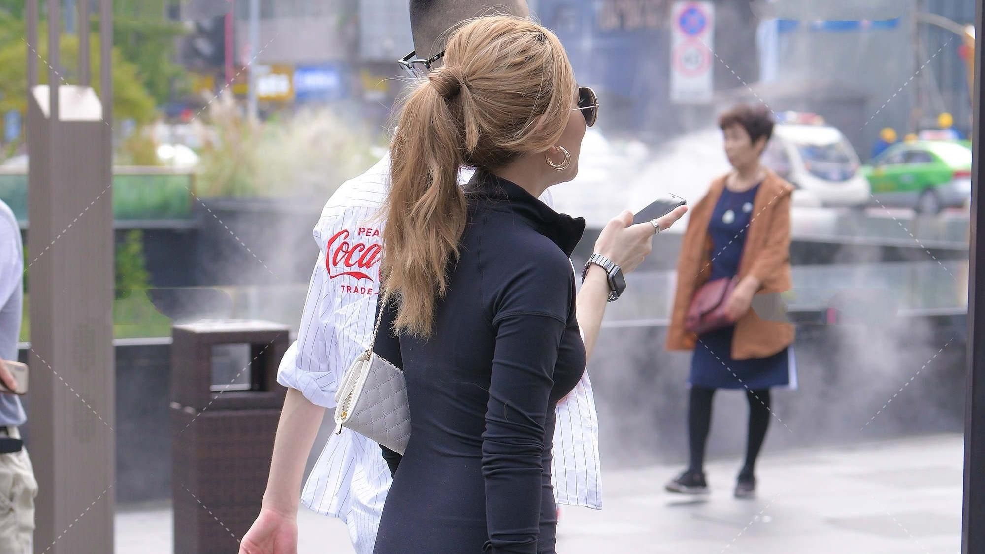 黑色立领修身连衣裙,黑色一字带高跟鞋,尽显高级时尚