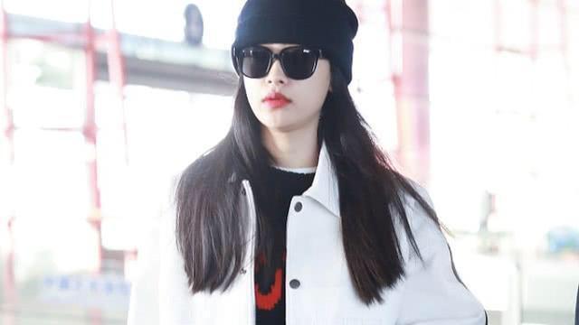 孙怡机场oversize风格,白色毛呢外套搭配黑丝袜,漫画腿很是吸睛