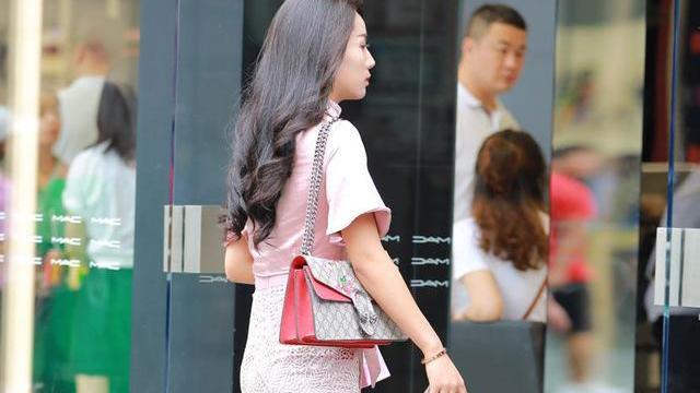 浅粉丝绸V领T恤衫,搭配双层花纹及膝裙,彰显高贵优雅气质