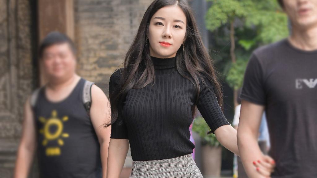 气质女生就是会穿,黑色针织短袖衫配半身裙,成熟优雅魅力十足