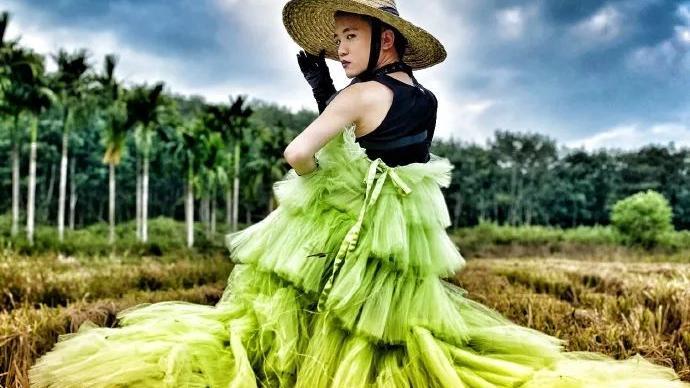 被校园霸凌,他穿上女装在乡村出道,惊艳外媒:时尚基因太强大