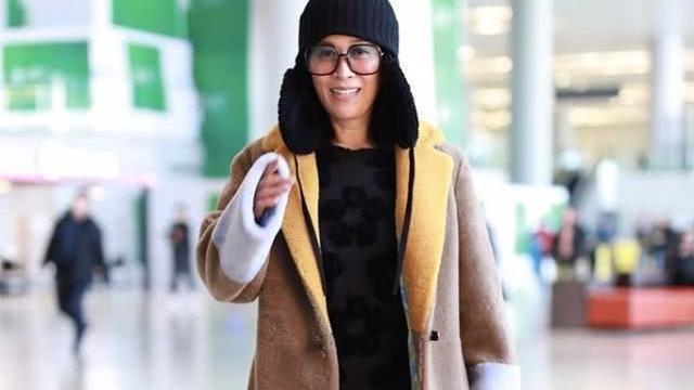 那英挎着老公走机场,穿羽绒服棉鞋多舒服,一点也不装!