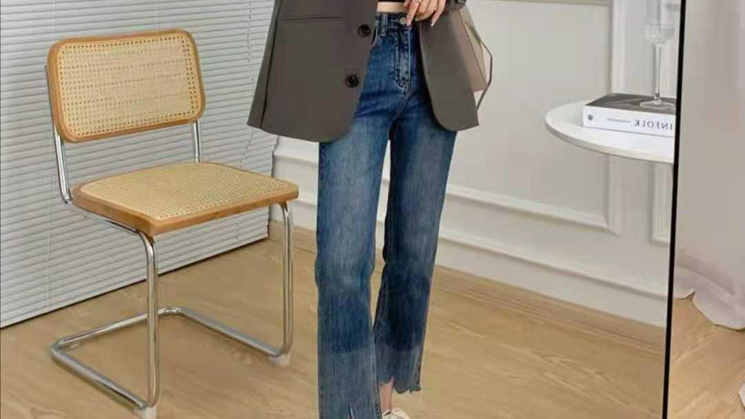 早秋牛仔裤搭配什么样的上衣好看