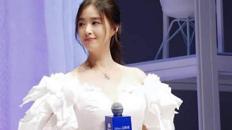 蒋欣哪来的勇气,大骨架还敢挑战白色仙女裙,没了仙气还格外显壮