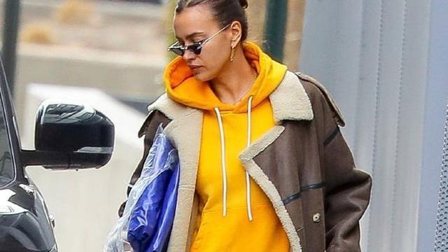 伊莉娜莎伊克穿黄色运动装搭绒面皮大衣,时尚洒脱,真美
