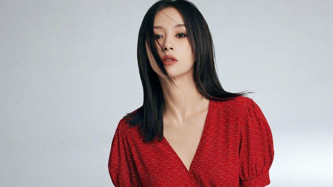 刚立春王子文就晒夏装,红色连衣裙配烟熏蔷薇妆,时尚气质超有范