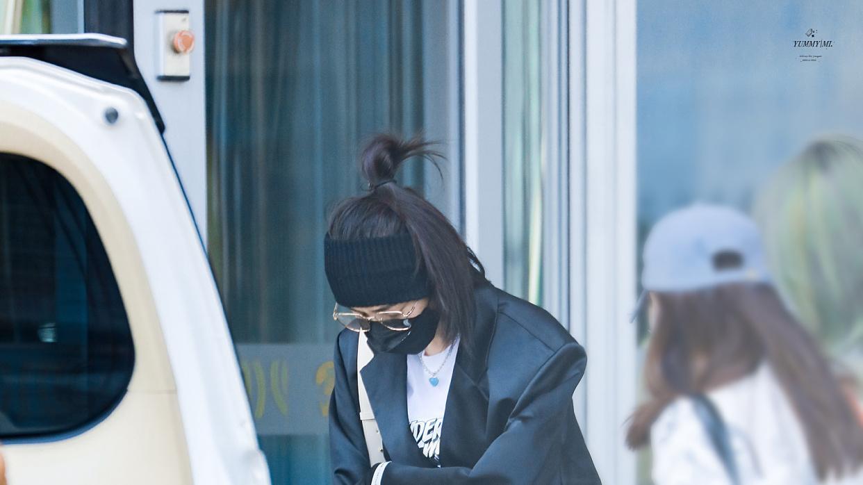 杨幂现身机场切换两种穿搭,黑袜御姐高冷百褶裙重回十八岁少女