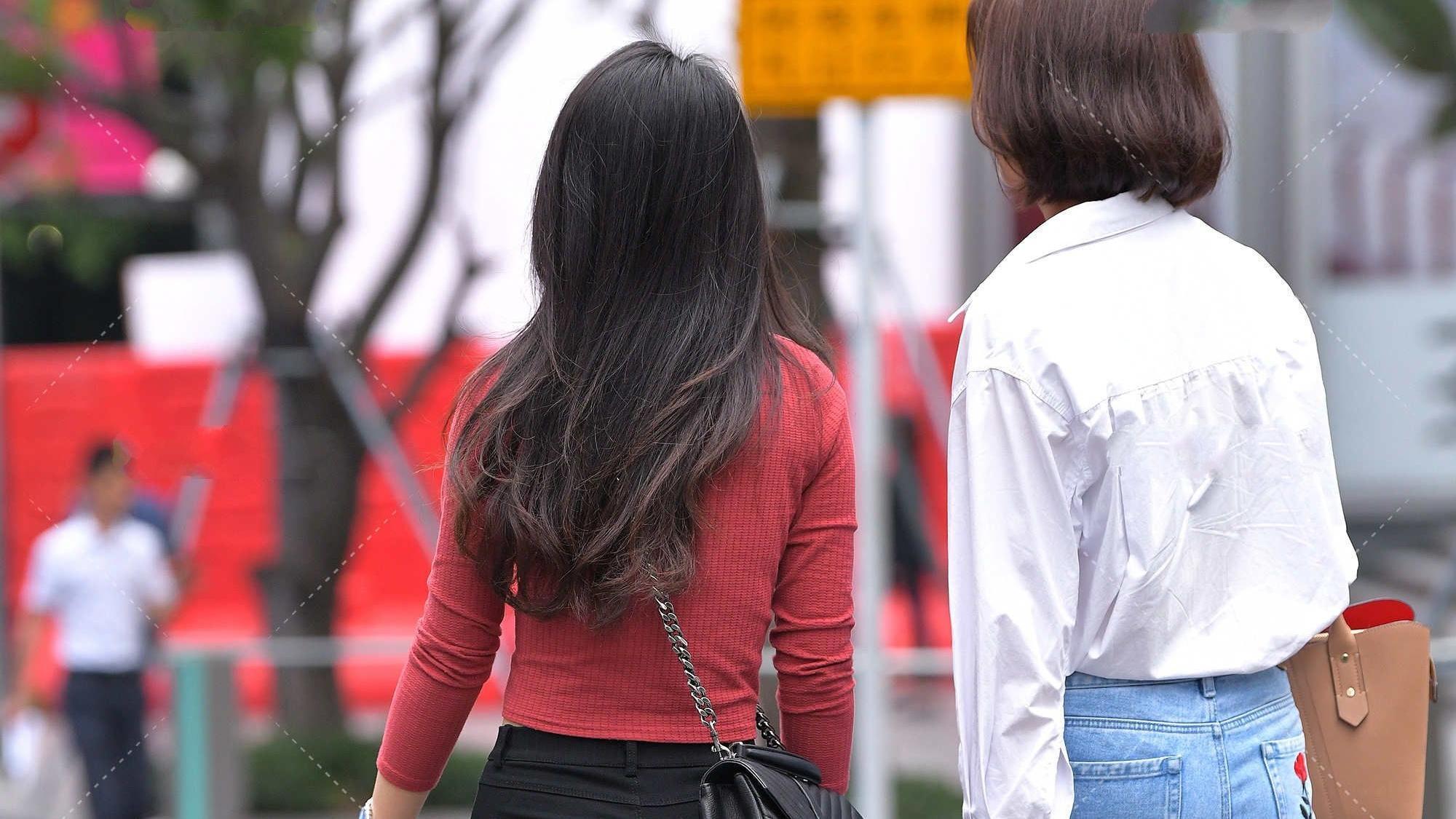 红色长袖配打底裤,色彩搭配温和正好,穿出时尚感