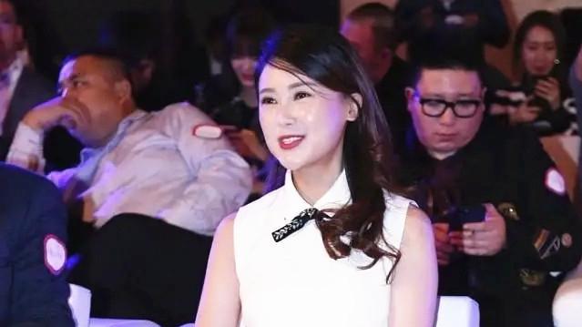 贾跃亭妻子甘薇真会穿,无袖上衣配短裙走甜美高贵风,妆容好精致