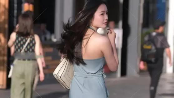 雾霾蓝色挂脖长裙搭配浅色高跟鞋,搭配有层次感显得很时髦