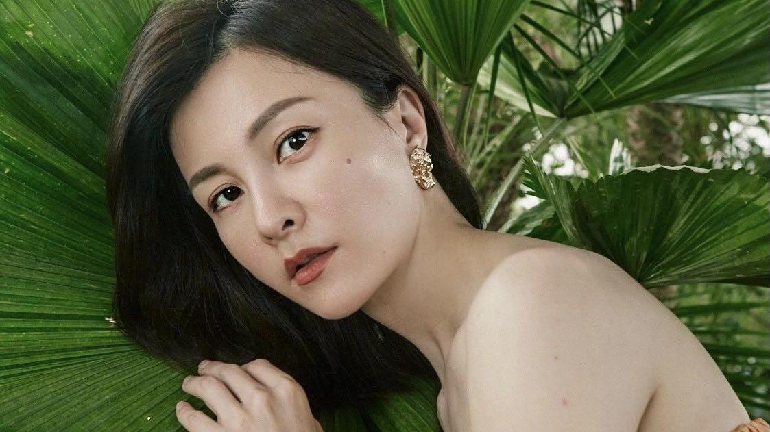 43岁刘孜厉害了,穿橘色抹胸连衣裙不见赘肉,美出新高度