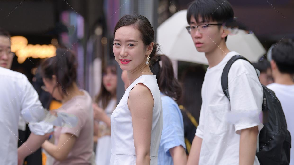 白色圆领无袖连衣裙,搭配珍珠手链高贵无比,搭配红手表显得职场