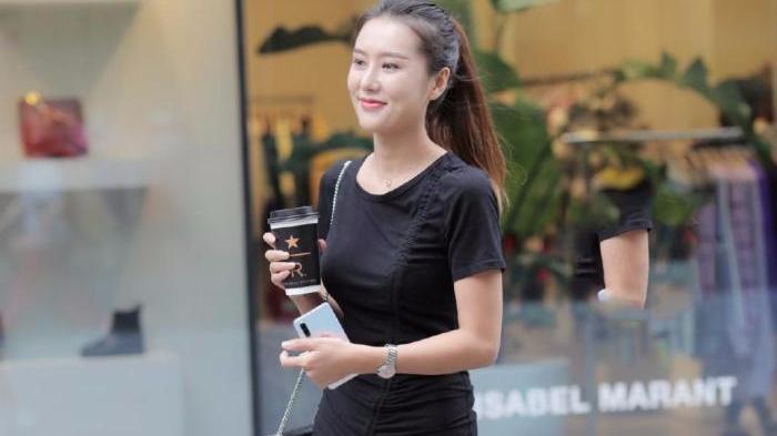 黑色连衣裙+黑色皮包,又细又白,小白鞋充满活力,简单又漂亮