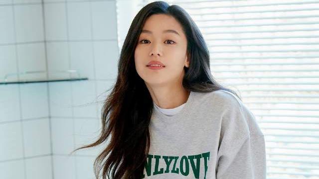 39岁全智贤拍新春画报,穿棉衣嫌挡腰线用手扒开,女神果然会拍