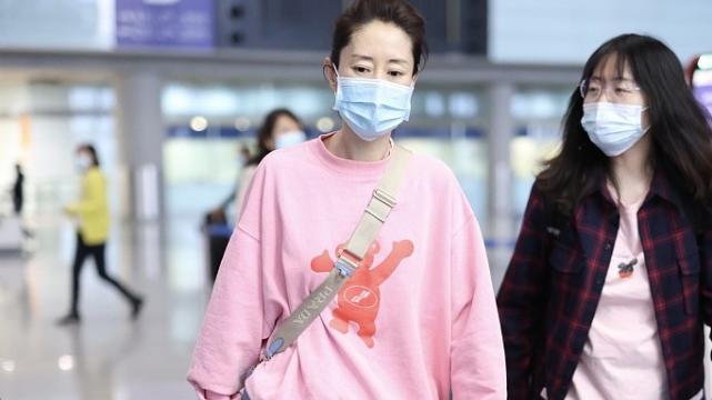刘敏涛风格大变,穿粉色套头衫搭粉色百褶裙,大姐变小妹!