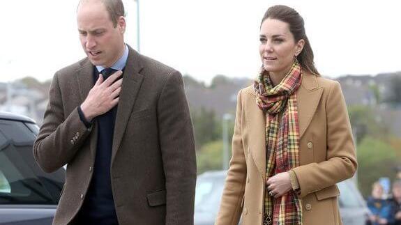 """39岁凯特王妃大气亮相,抬头纹""""奇迹""""消失减龄,罕见大衣不系扣"""