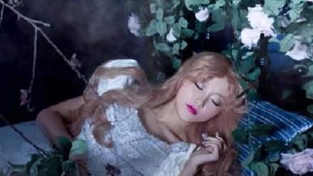 """躺在树干中的""""睡美人"""",身穿羊皮大衣戴青铜项链,距今已有2200年"""