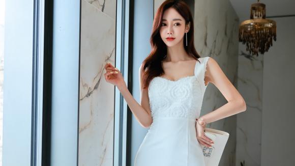 2021年7月7日最新孙允珠时尚写真:水仙浪漫海盐润色雪白吊肩裙,精心的搭配实在是太精致了!