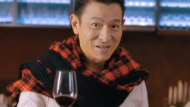 60岁刘德华吃了防腐剂?把格子衫当围脖真时髦,摇红酒杯好帅气