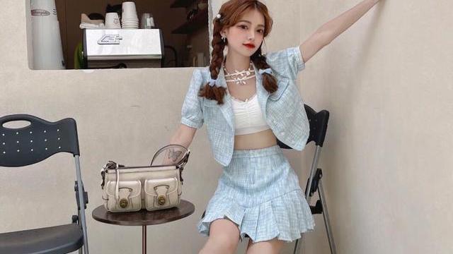 夏季甜辣风穿搭,蓝色小香风套装,尽显甜美少女感