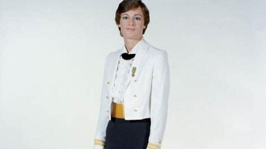 美海军女军人配发三种丝袜,连裤袜也允许穿着,袜子上可以写名字
