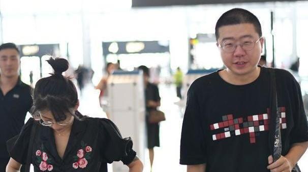 李诞到底有多喜欢黑色,T恤外套全都有,怎么穿都显瘦