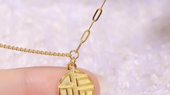 黄金项链吊坠怎么固定?三个简单的小方法,让你的美丽更出彩