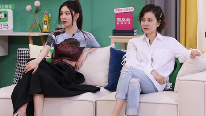 """宋妍霏也太敢穿了,和妈妈录节目还敢""""内衣外穿"""",身材真让人酸"""
