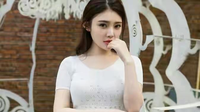 徐冬冬的身材真立体,穿修身小白裙前凸后翘,美而不俗