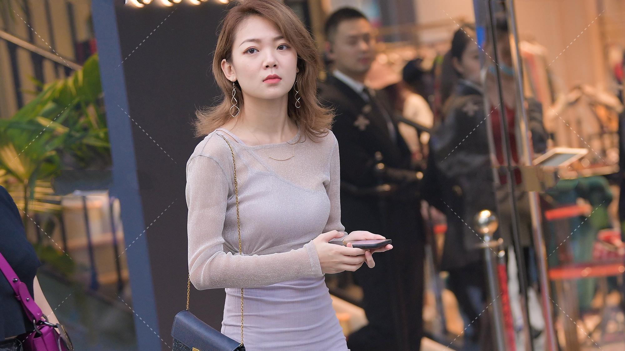 网纱套头衫搭配斜肩领紫色连衣裙,性感又个性的乖巧穿搭