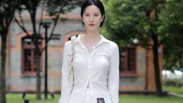 夏装颜色怎么选?清爽干净的白色,让你的穿搭更有气质感