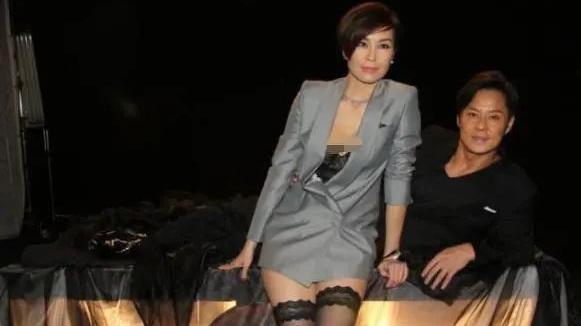 伍咏薇解锁西服新玩法,搭配黑色蕾丝打底袜,妩媚撩人不失高级感
