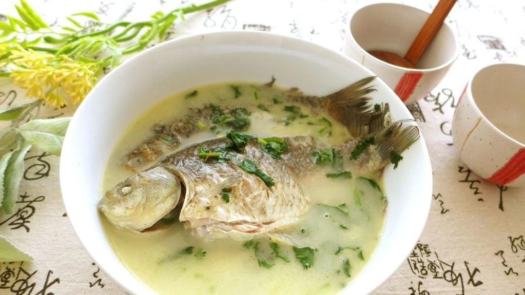 家常鲫鱼汤,汤汁奶白浓郁,做法很简单,滋补身体好选择