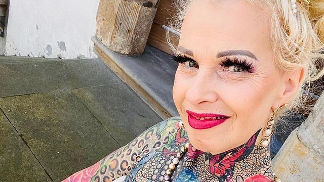 德国55岁祖母花费27万,打造全身90%彩色纹身,皮肤够紧致显华丽