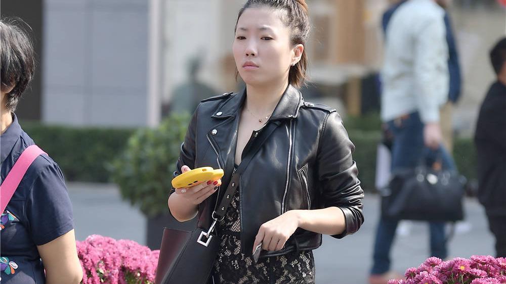 经典的高跟鞋,还是要选择尖头细跟款式,搭配黑色提花连衣短裙