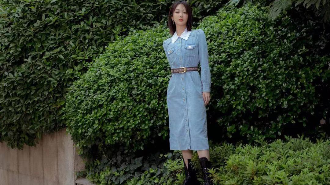 杨紫穿牛仔连衣裙搭配踝靴,有点复古有点摩登少女范