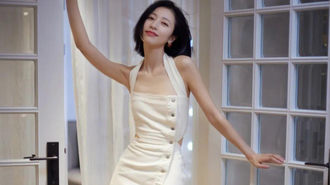 周雨彤的白色牛仔吊带裙和电竞少女拼接白色裙装,优雅、减龄兼具