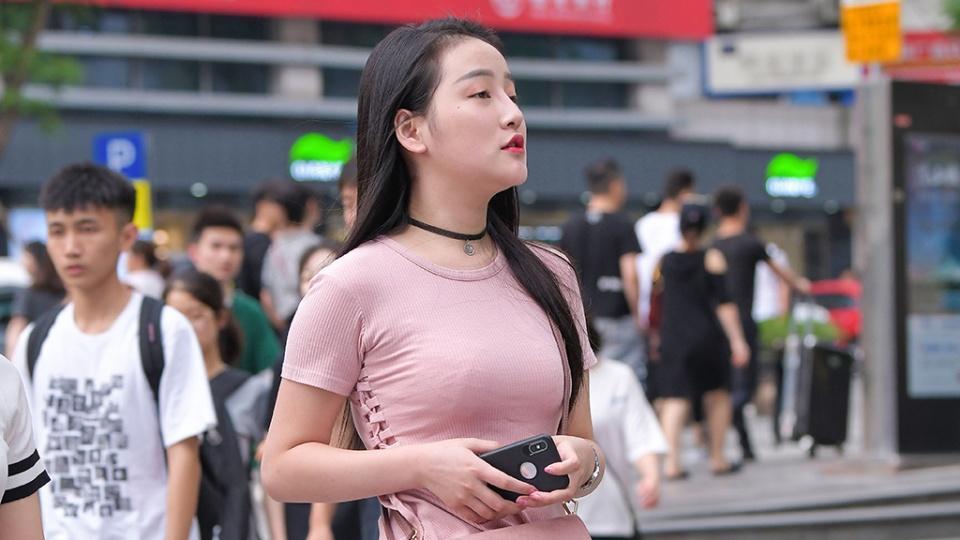 穿短袖裙装,度清凉的夏日,浅粉色裙装穿搭清新甜美又优雅靓丽