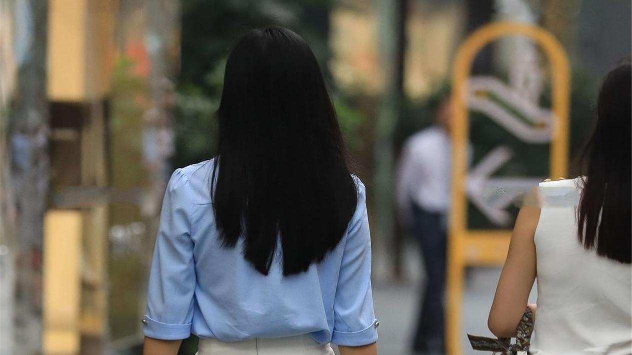 穿蓝色半袖上衣,搭配白色半身裙和高跟皮鞋,展现女生身材高级感
