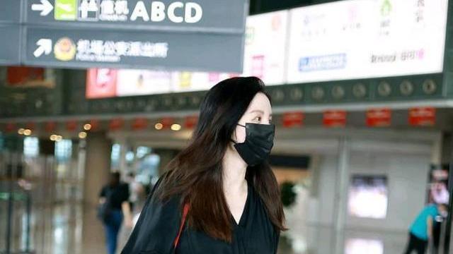 """张萌终于肯扮""""阔太"""",穿黑色长裙优雅大气,还背了个9万7的包"""