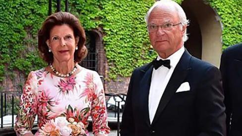 瑞典王室一家16口全家福,王后穿印花裙优雅,第三代女王储很清纯