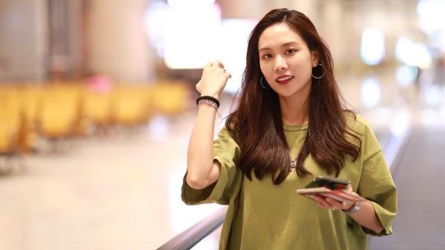 王霏霏的气质可真好,普通T恤也能穿得很好看,绿色可真适合她