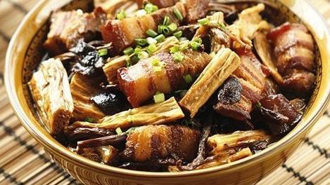 家常菜:腐竹茶树菇烧肉、麻辣金针肥牛、回锅莲藕