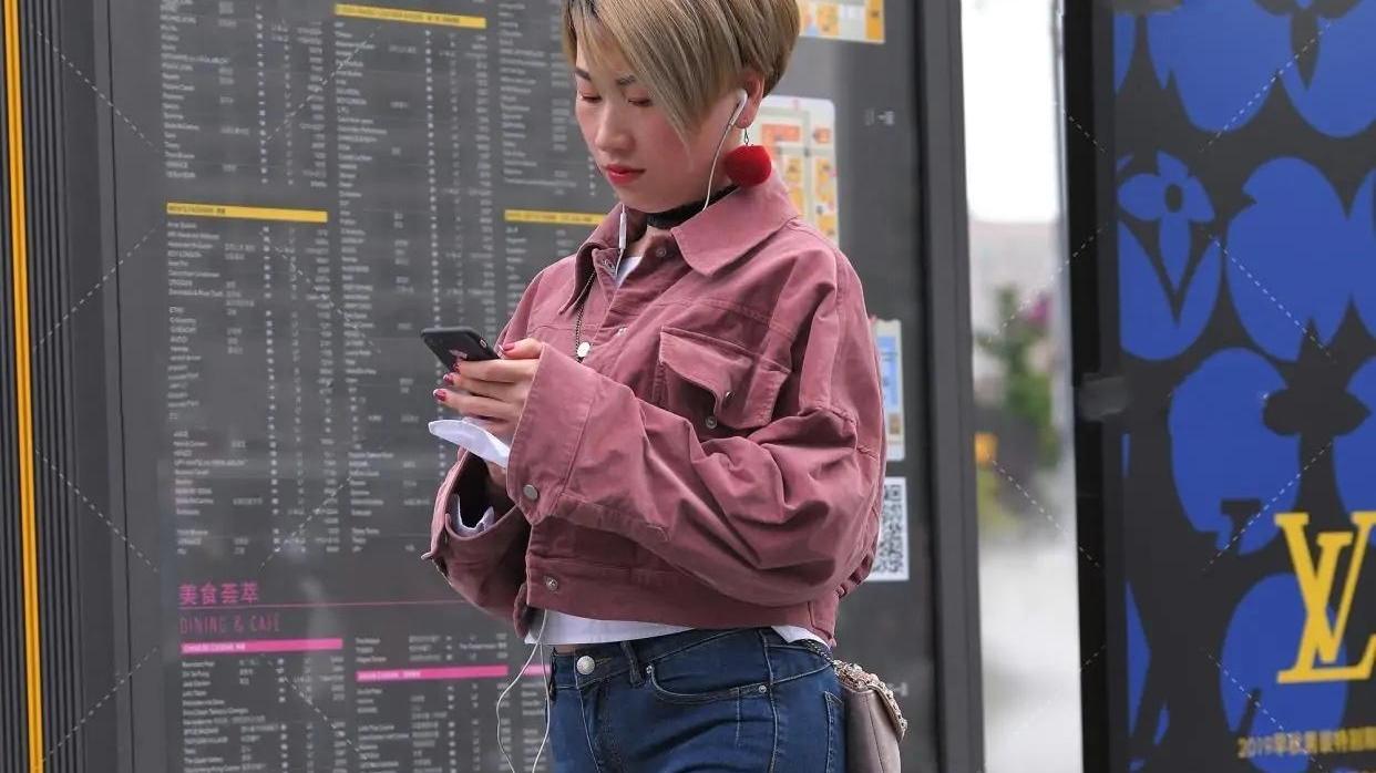 粉色牛仔外套既能当防晒还能起到搭配效果,时髦又实用