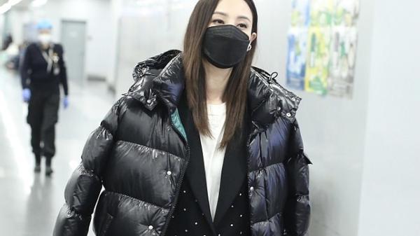 郑希怡穿冬装都比别人有范,皮面羽绒服配九分裤,时尚堪比小姑娘