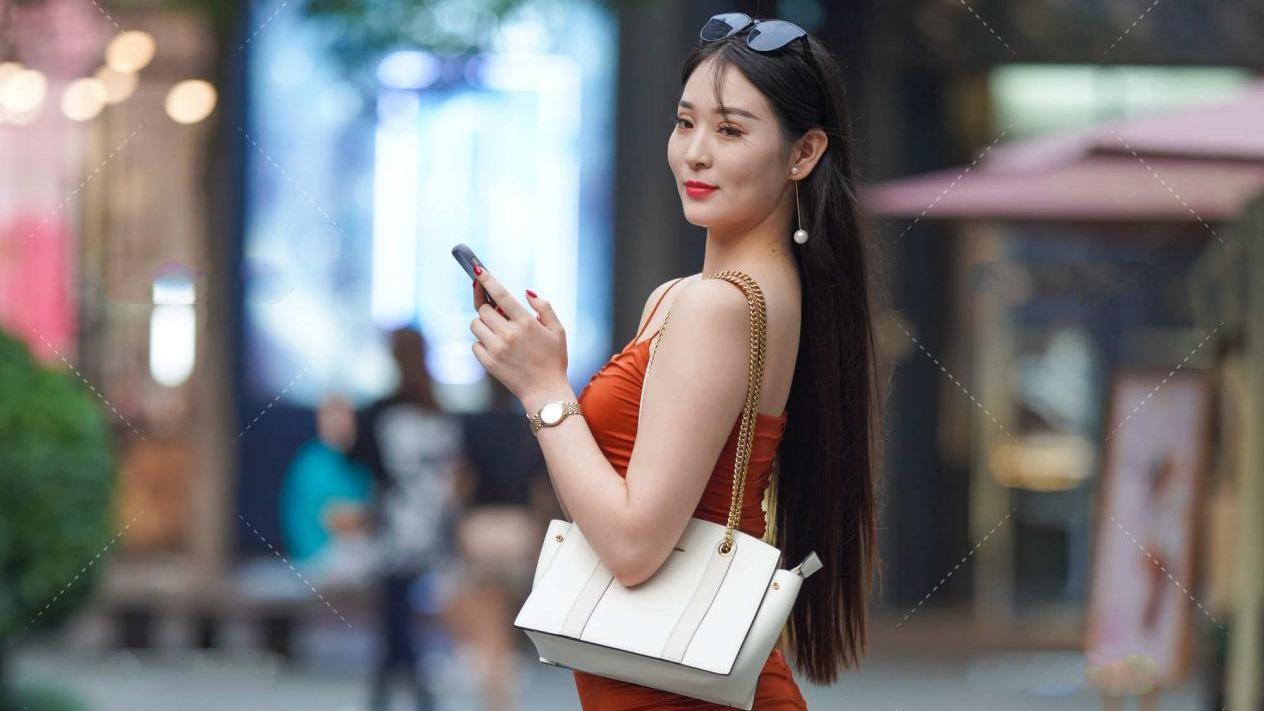 橘红色连衣裙配一双白色高跟鞋,欧美风十足,气场强大