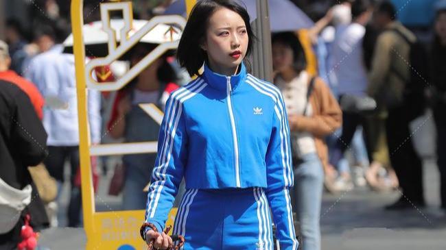 蓝色运动套装,休闲性感,青春气息十足