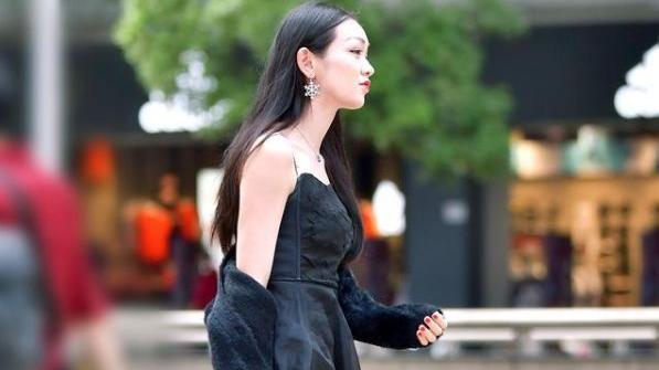黑色羊绒外套,搭配黑色吊带连衣裙,黑色系穿搭凸显女性文静气质