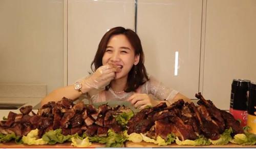 美女一次吃完8斤乐山甜皮鸭, 最后连垫底的菜叶子都不放过!